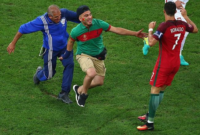 Chạy vào sân ôm Ronaldo, fan cuồng phải trả cái giá rất đắt - Ảnh 1.