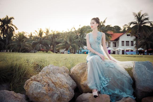 Hoa hậu Thu Thảo khoe vẻ đẹp mong manh, thoát tục trước biển Hạ Long - Ảnh 11.