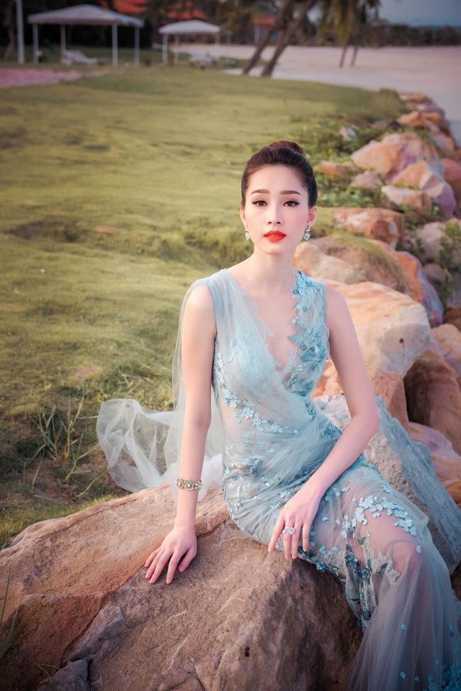 Hoa hậu Thu Thảo khoe vẻ đẹp mong manh, thoát tục trước biển Hạ Long - Ảnh 13.