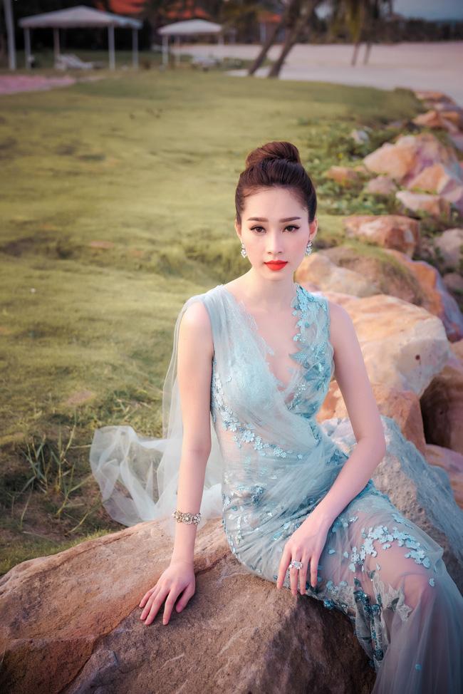 Hoa hậu Thu Thảo khoe vẻ đẹp mong manh, thoát tục trước biển Hạ Long - Ảnh 14.