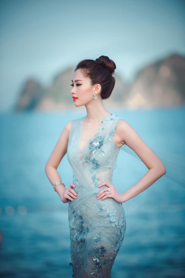 Hoa hậu Thu Thảo khoe vẻ đẹp mong manh, thoát tục trước biển Hạ Long - Ảnh 2.