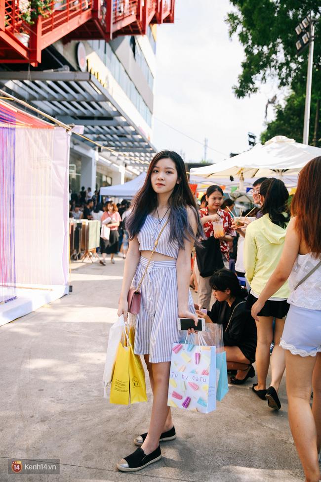 Street style giới trẻ 2 miền tuần qua: áo phông, shorts, kẻ & hoa lá rực rỡ tràn ngập - Ảnh 8.