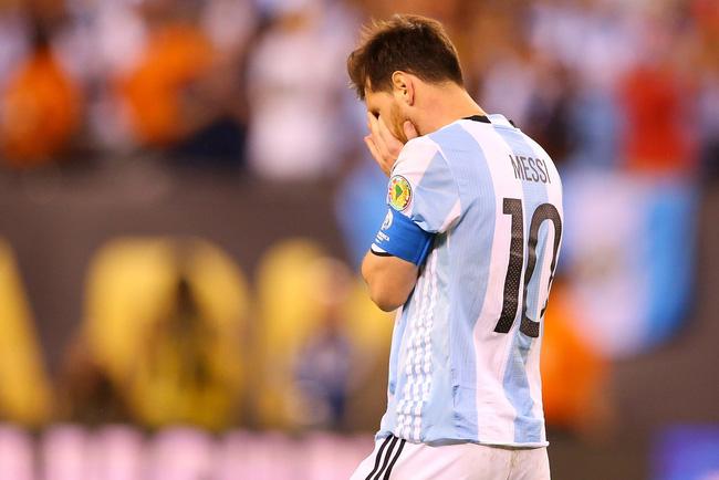 Chung kết Copa America 2016, Messi sút trượt một quả 11m trong loạt sút luân lưu khiến Argentina gục ngã tức tưởi trước Chile.