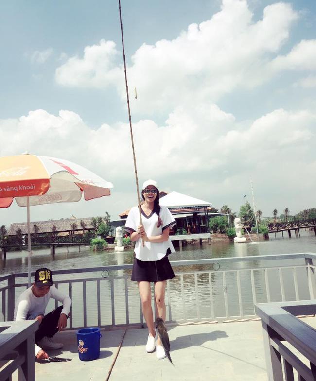 Phạm Hương giản dị, lọt thỏm giữa street style sang chảnh của Hà Hồ - Lan Khuê - Ảnh 3.