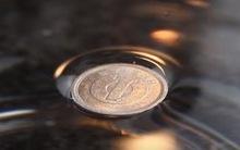 Tròn mắt trước trò ảo thuật siêu thú vị: làm đồng xu nổi lên trên mặt nước
