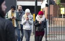 """Úc đặt riêng đèn giao thông dưới mặt đất cho """"con nghiện"""" smartphone"""