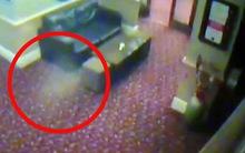 Bóng trắng kỳ lạ bất ngờ hiện lên rồi bò trên tường quán bar cổ