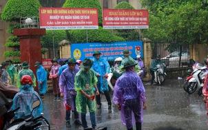Phụ huynh và SV tình nguyện dầm dưới mưa chờ thí sinh hoàn tất môn Vật lý