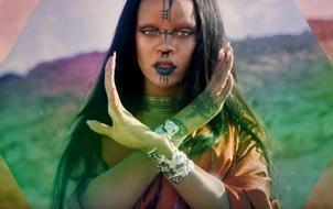 Rihanna cực lạ khi không có... lông mày trong MV mới