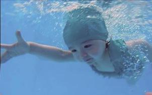 """""""Thiên thần"""" Cadie giờ đã lớn phổng phao và bơi giỏi đến bất ngờ rồi đây!"""