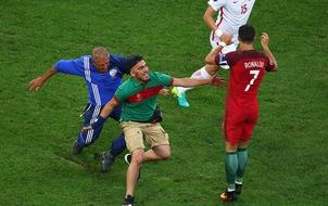 """Ronaldo né fan cuồng lao tới nhanh như """"điện xẹt"""""""