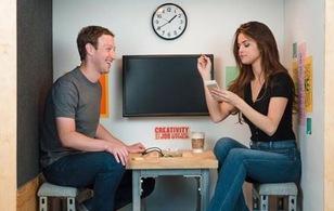 """Ảnh hay: """"Nữ hoàng Instagram"""" Selena Gomez gặp ông chủ facebook trong căn phòng nhỏ bé nhất!"""