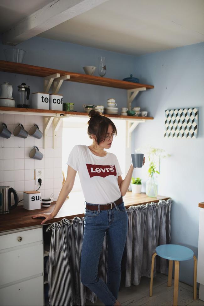 12 công thức diện áo phông trắng cool nhất bạn có thể thử ngay hôm nay - Ảnh 1.