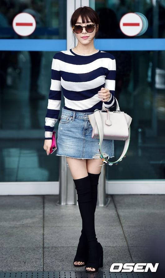 Diện lại boots của Selena Gomez, Tiffany lộ chân gầy tong teo - Ảnh 1.