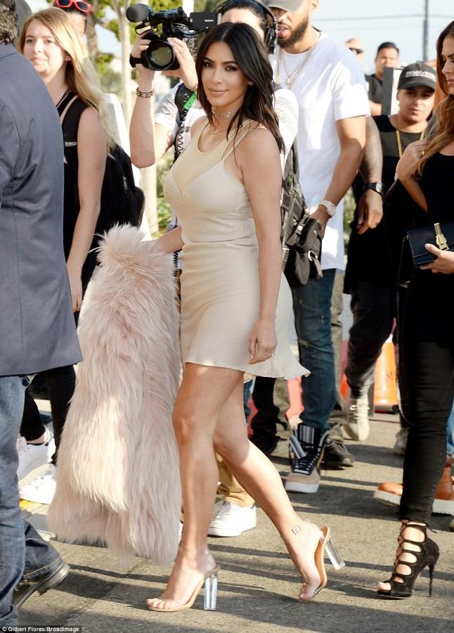 Nhìn bức hình này, chắc sẽ chẳng ai dám đi giày cao gót do Kanye West thiết kế nữa - Ảnh 7.