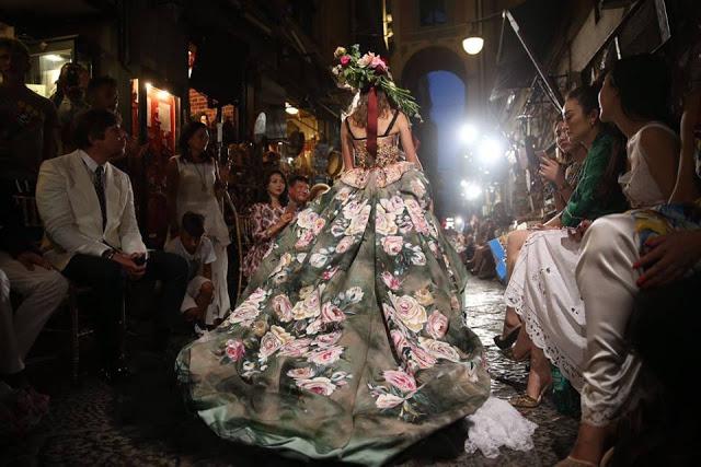 Dolce&Gabbana tổ chức lễ hội, cho đăng quang luôn Hoa hậu trên sàn diễn - Ảnh 12.