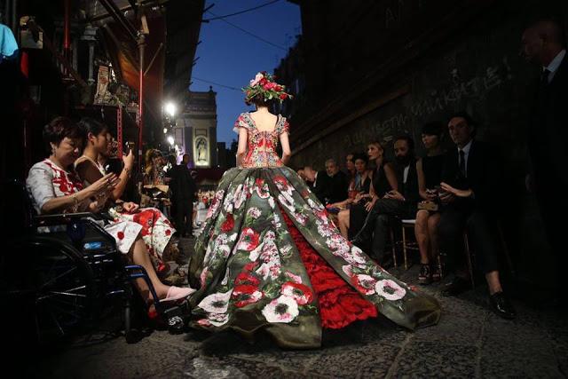 Dolce&Gabbana tổ chức lễ hội, cho đăng quang luôn Hoa hậu trên sàn diễn - Ảnh 13.