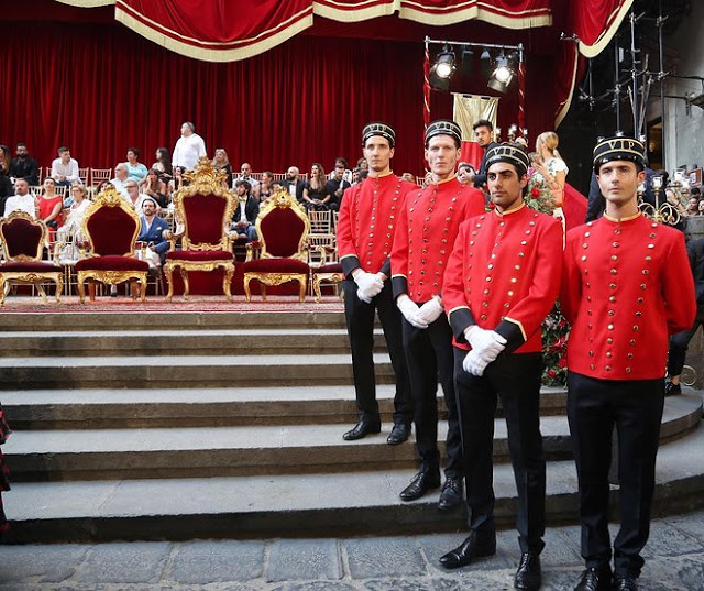 Dolce&Gabbana tổ chức lễ hội, cho đăng quang luôn Hoa hậu trên sàn diễn - Ảnh 1.