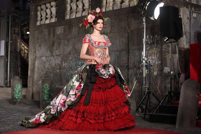 Dolce&Gabbana tổ chức lễ hội, cho đăng quang luôn Hoa hậu trên sàn diễn - Ảnh 11.
