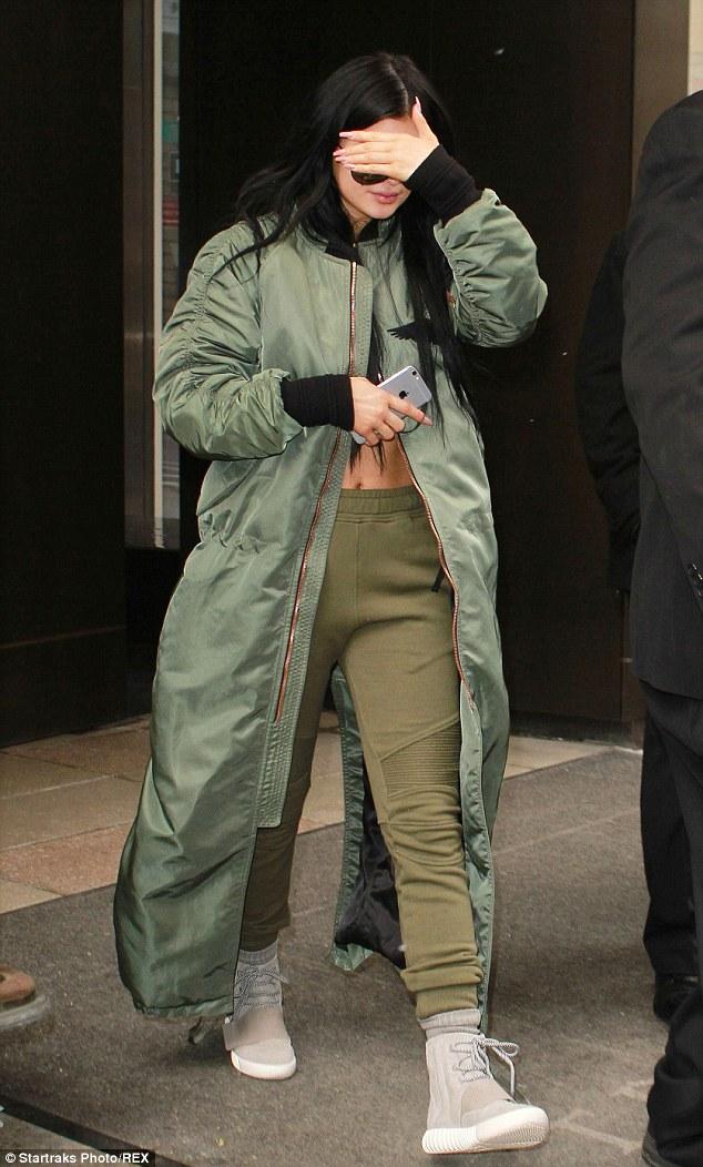 Số lượng giày sneaker của Kylie Jenner sẽ làm bạn thấy xót xa ngay cho bản thân! - Ảnh 10.