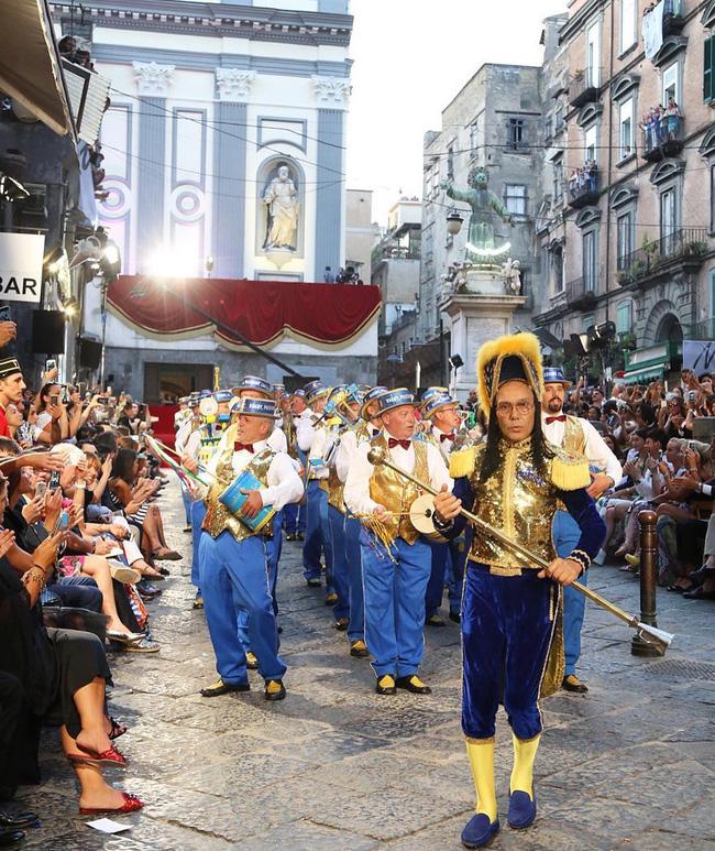 Dolce&Gabbana tổ chức lễ hội, cho đăng quang luôn Hoa hậu trên sàn diễn - Ảnh 2.