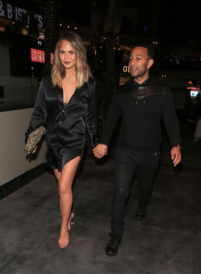 Nhìn bức hình này, chắc sẽ chẳng ai dám đi giày cao gót do Kanye West thiết kế nữa - Ảnh 1.