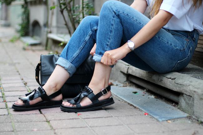 Cách dưỡng da chân hồng hào, mềm mại để tự tin diện sandal ngày nắng - Ảnh 1.