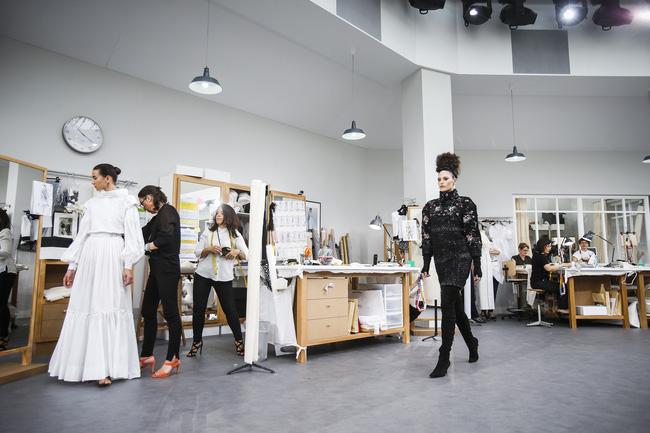 Chanel biến runway thành xưởng may, Châu Tấn là khách mời mặc xấu nhất - Ảnh 16.
