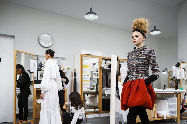Chanel biến runway thành xưởng may, Châu Tấn là khách mời mặc xấu nhất - Ảnh 17.