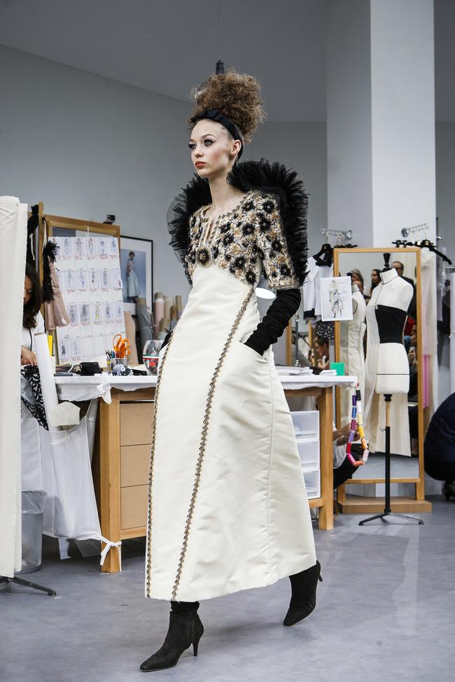 Chanel biến runway thành xưởng may, Châu Tấn là khách mời mặc xấu nhất - Ảnh 21.