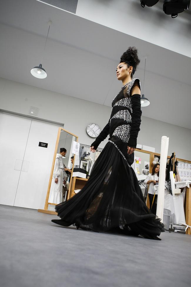 Chanel biến runway thành xưởng may, Châu Tấn là khách mời mặc xấu nhất - Ảnh 22.