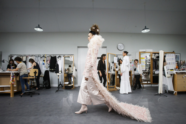 Chanel biến runway thành xưởng may, Châu Tấn là khách mời mặc xấu nhất - Ảnh 25.