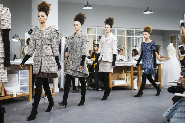 Chanel biến runway thành xưởng may, Châu Tấn là khách mời mặc xấu nhất - Ảnh 27.