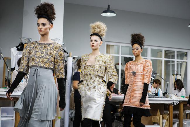 Chanel biến runway thành xưởng may, Châu Tấn là khách mời mặc xấu nhất - Ảnh 28.