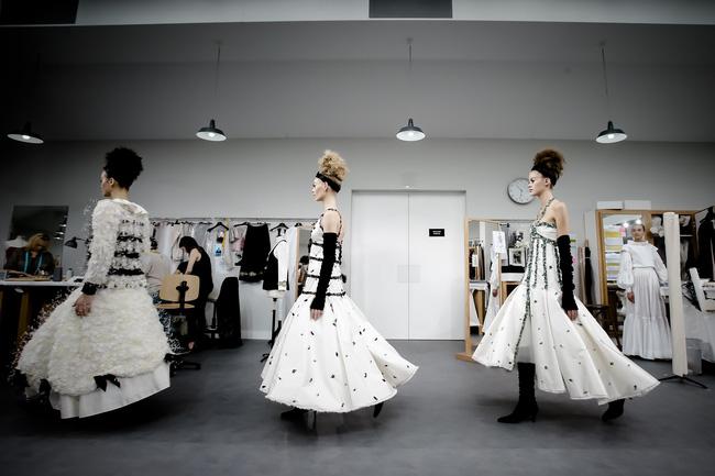 Chanel biến runway thành xưởng may, Châu Tấn là khách mời mặc xấu nhất - Ảnh 29.
