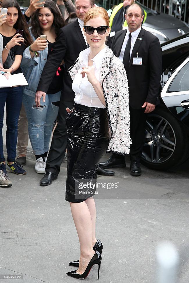 Chanel biến runway thành xưởng may, Châu Tấn là khách mời mặc xấu nhất - Ảnh 2.