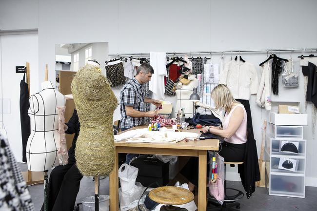 Chanel biến runway thành xưởng may, Châu Tấn là khách mời mặc xấu nhất - Ảnh 12.