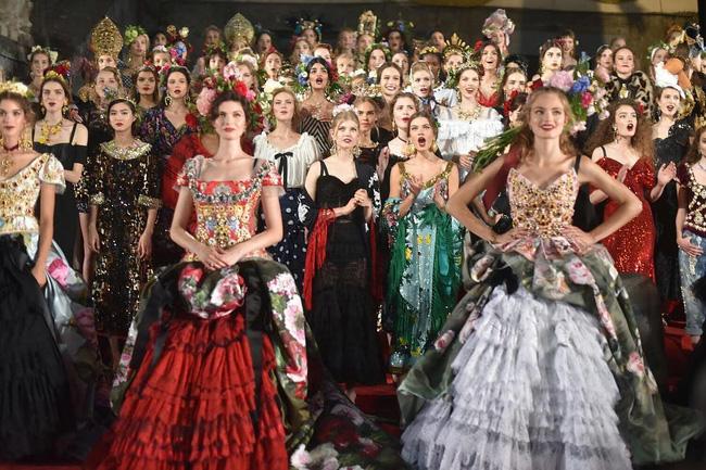 Dolce&Gabbana tổ chức lễ hội, cho đăng quang luôn Hoa hậu trên sàn diễn - Ảnh 3.