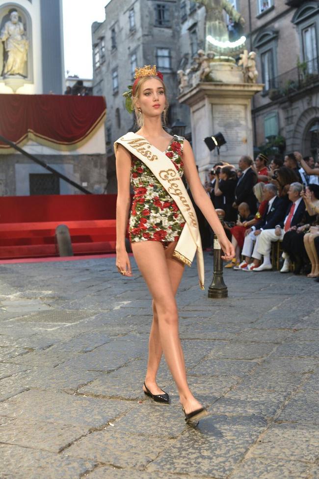 Dolce&Gabbana tổ chức lễ hội, cho đăng quang luôn Hoa hậu trên sàn diễn - Ảnh 7.
